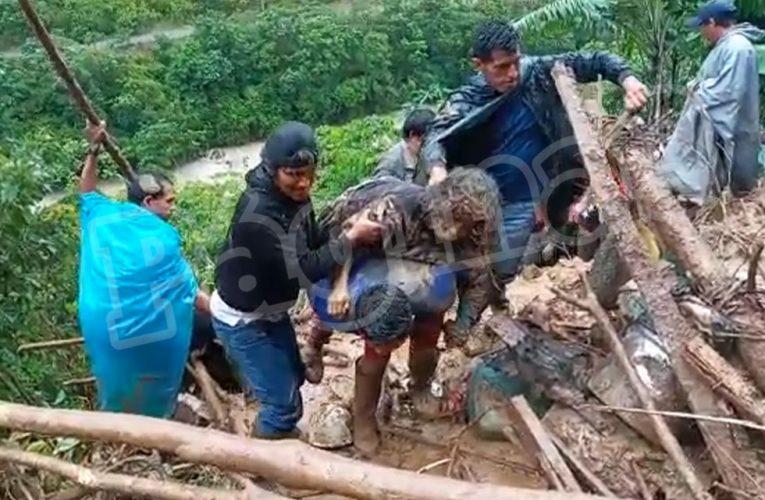 Pobladores y policías rescatan con vida a anciana sepultada por huaico [vídeo]